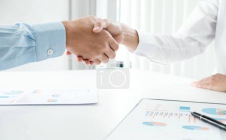 Photo pour Les gens d'affaires se serrent la main, finissant une réunion - image libre de droit