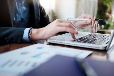 Photo pour Les gens d'affaires qui travaillent analysent les données marketing hautes performances . - image libre de droit
