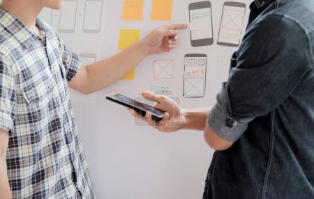Photo pour Web designer, UX UI designer application de planification pour téléphone mobile . - image libre de droit