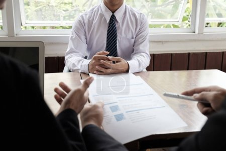 Photo pour Situation de l'entreprise, job interview concept. RH entretien le demandeur d'emploi. - image libre de droit