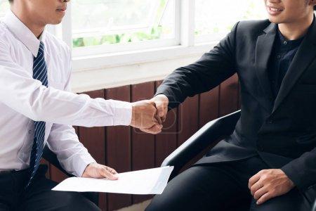 Photo pour Demandeur d'emploi ayant entrevue. Poignée de main succès travail interviewer - image libre de droit