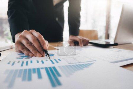 Photo pour Femme d'affaires analyser les données d'investissement marketing haute performance - image libre de droit