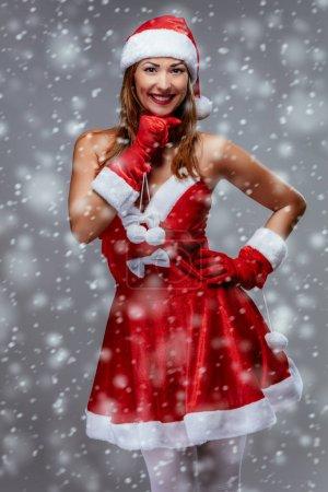 Photo pour Portrait d'une belle jeune femme souriante en costume de Père Noël. Regardant la caméra . - image libre de droit