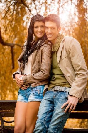 Photo pour Amour jeune couple profiter de la journée d'automne dans le parc - image libre de droit