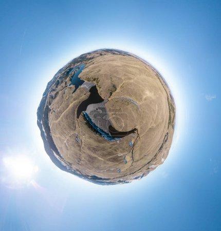 Photo pour Panorama sphérique d'une petite planète avec des lacs et des rivières de montagne sur fond de ciel bleu . - image libre de droit