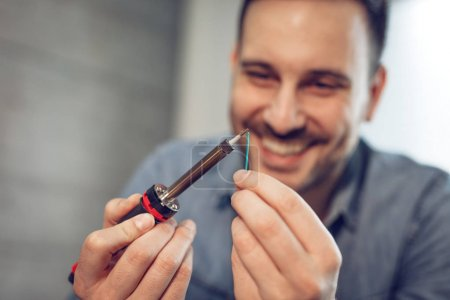 Photo pour Vue proche du succès ingénieur axé sur fil de cuivre à souder - image libre de droit