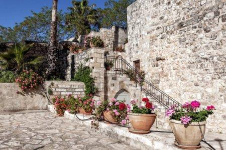 Photo pour Style architectural méditerranéen traditionnel dans les rues et la maison résidentielle - image libre de droit