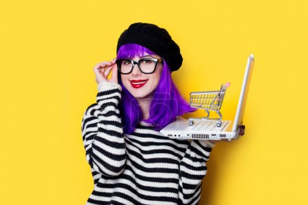 femme avec panier et ordinateur portable