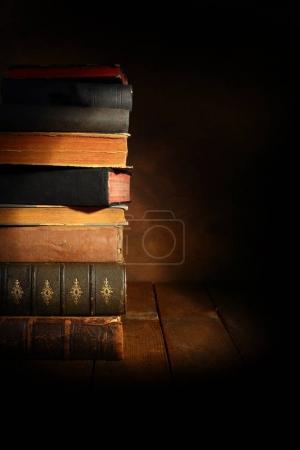 Photo pour Pile de vieux livres avec projecteur - image libre de droit