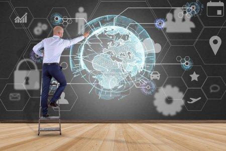 Photo pour Vue d'un homme d'affaires devant un mur avec connexion réseau d'affaires internationale affichée sur une interface futuriste avec icône technologique et globe sphérique - image libre de droit