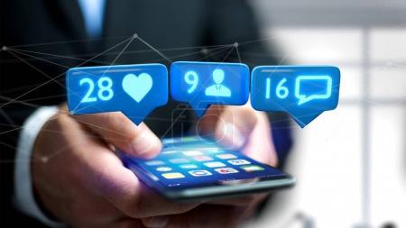 Ansicht eines Geschäftsmannes, der ein Smartphone mit Ähnlichem, Follower und Benachrichtigung in sozialen Netzwerken nutzt - 3D-Rendering