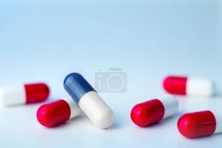 Photo pour Pilules médicales isolées sur un fond - image libre de droit