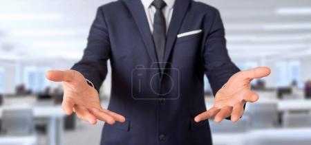 Foto de Vista de celebración vacía de manos de empresario en oficina - Imagen libre de derechos
