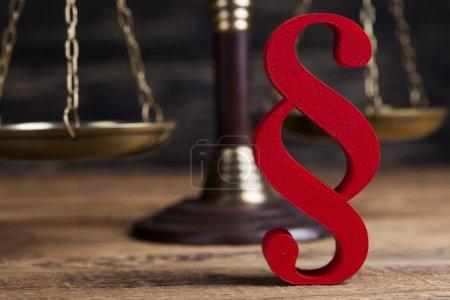 Photo pour Signe de paragraphe et concept de justice avec échelles - image libre de droit
