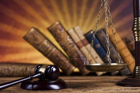 Photo pour Juge gavel et concept de droit sur fond de bureau en bois - image libre de droit