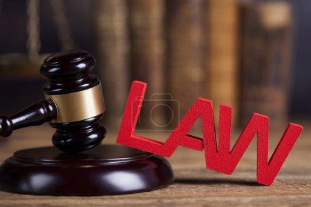 Photo pour Concept de droit et de justice avec marteau en bois - image libre de droit
