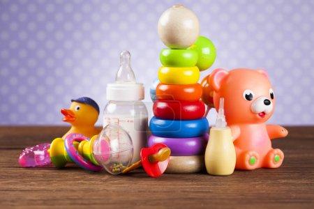 Photo pour Ensemble de jouets pour enfants, Fond en bois - image libre de droit
