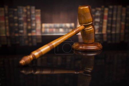 Photo pour Mallet de juge sur bureau en bois avec balances de juge, sur fond de livres flous - image libre de droit