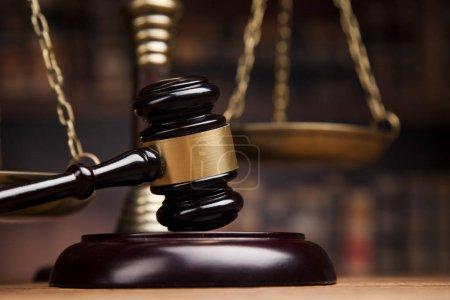 Photo pour Concept de droit et de justice, maillet de juge sur table en bois avec écailles de justice, fond de livres flous - image libre de droit