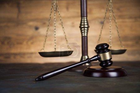 Photo pour Thème du droit, concept de justice fond de bureau en bois - image libre de droit