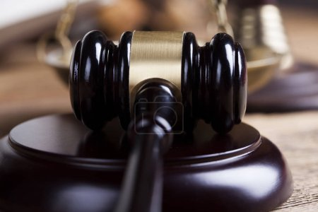 Photo pour Thème de droit, maillet du juge, fond de bureau en bois - image libre de droit