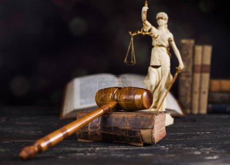 Photo pour Mallet du juge, échelle de justice, fond de bureau en bois - image libre de droit