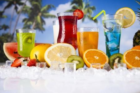 Photo pour Boissons d'été et fruits tropicaux frais avec plage floue sur le fond - image libre de droit