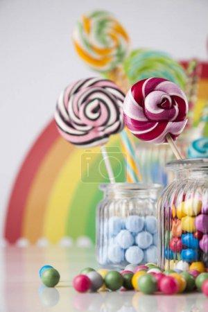 Foto de Piruletas y diferentes dulces redondos de varios colores - Imagen libre de derechos