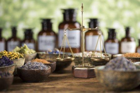 Photo pour Homéopathie, phytothérapie sur table en bois - image libre de droit