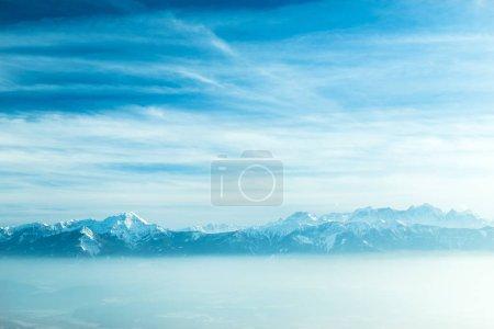Photo pour Paysage naturel hivernal, vue imprenable sur la montagne - image libre de droit