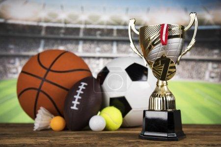 Photo pour Coupe trophée et fond de ballon sportif - image libre de droit