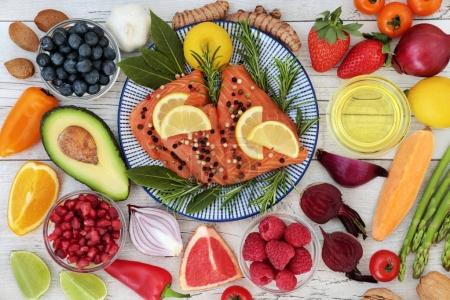 Photo pour Nutrition pour un cœur sain concept avec saumon frais, fruits, légumes, noix, herbes, épices et huile d'olive. Aliments très riches en acides gras oméga 3, antioxydants, anthocyanes, minéraux et vitamines . - image libre de droit