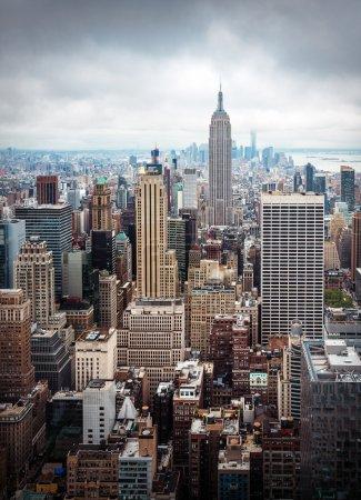 Photo pour Vue aérienne midtown Manhattan New York City avec les gratte-ciels sur une journée nuageuse - image libre de droit