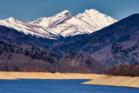 Photo pour Lac de barrage Vidraru et Fagaras montagnes en Roumanie - image libre de droit