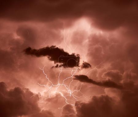 Foto de Llama la atención a través de nubes pesadas durante la tormenta del relámpago - Imagen libre de derechos