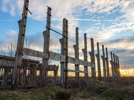 Paysage avec ruines industrielles au coucher du soleil