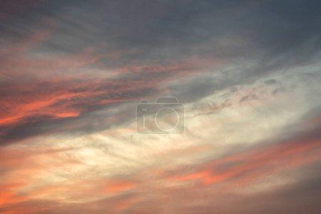 Photo pour Coucher de soleil ciel nuageux avec une couleur dramatique sur le ciel - image libre de droit