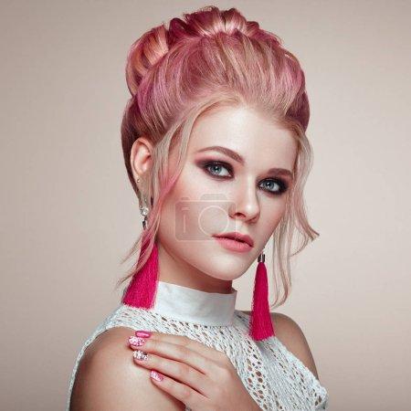 Foto de Chica rubia con elegante y el peinado brillante. Hermosa modelo mujer con peinado rizado. Productos de cuidado y belleza de pelo. Maquillaje perfecto - Imagen libre de derechos