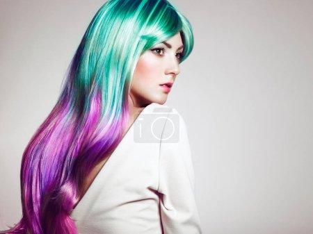 Foto de Belleza moda modelo chica con el pelo teñido de colores. Chica con perfecto maquillaje y peinado. Modelo con pelo teñido sano perfecto. Peinados de arco iris - Imagen libre de derechos