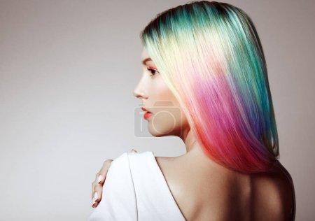 Photo pour Fille modèle de mode de beauté avec des cheveux colorés teints. Fille avec un maquillage parfait et coiffure. Modèle avec des cheveux teints sains parfaits. Coiffures arc-en-ciel - image libre de droit