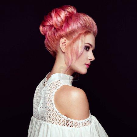 Photo pour Fille blonde avec coiffure élégante et brillante. Belle femme modèle avec coiffure teinte bouclée. Soins et Beauté Produits capillaires. Soins et beauté des cheveux - image libre de droit
