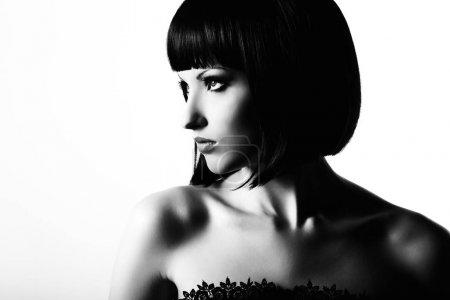 Photo pour Portrait de mode d'une jeune femme aux cheveux bruns. Photo noir et blanc - image libre de droit