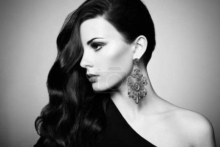 Photo pour Portrait de la belle femme brune en robe noire. ombres à paupières cosmétiques. photo de mode - image libre de droit