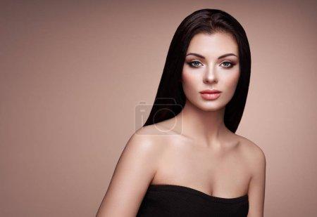 Photo pour Belle femme avec des cheveux Long lisse. Fille avec parfait maquillage et coiffure. Modèle brune aux cheveux foncés en santé parfaite. Photo de mode - image libre de droit