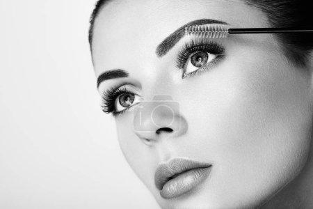 Photo pour Belle femme avec longs cils extrêmes. Extensions de cils. Maquillage, cosmétiques. Beauté, soins de la peau - image libre de droit