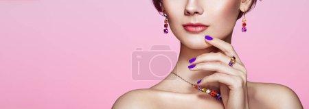 Photo pour Portrait belle femme avec des bijoux. Fille modèle avec manucure violette sur les ongles. Beauté et Accessoires. Rouge à lèvres rose - image libre de droit