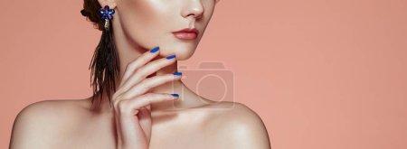 Photo pour Belle femme avec de grandes boucles d'oreilles glands bijoux de couleur bleue. Manucure parfaite du maquillage et des ongles - image libre de droit