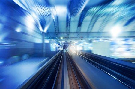 Foto de Tren de alta velocidad entrando en la estación. Enfoque en la carretera ferroviaria . - Imagen libre de derechos