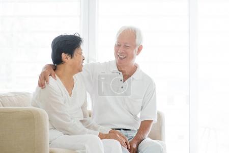 Foto de Retrato de pareja de ancianos asiático hablando en casa, senior viejo retirado personas interior estilo de vida. - Imagen libre de derechos