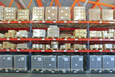 Photo pour Système de rayonnage mobile avec des marchandises en entrepôt - image libre de droit